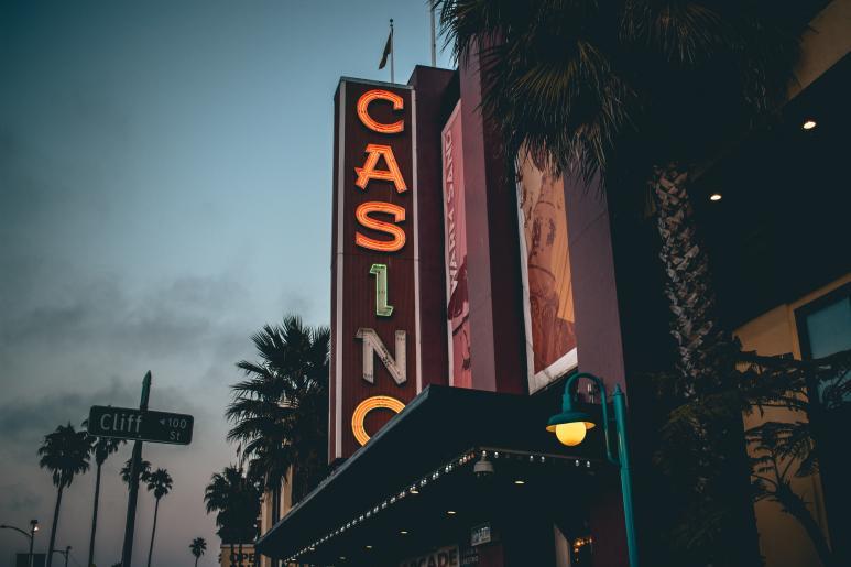 värikäs casino valotaulu rakennuksen seinällä