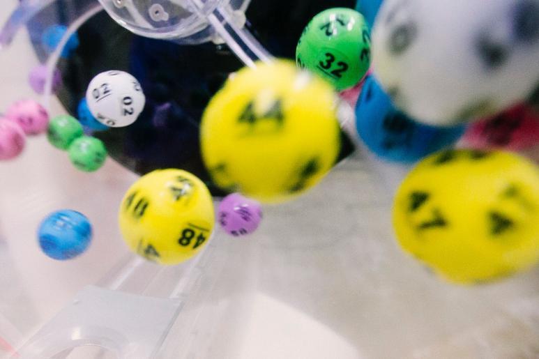 Erivärisiä lottopalloja arvontakoneessa