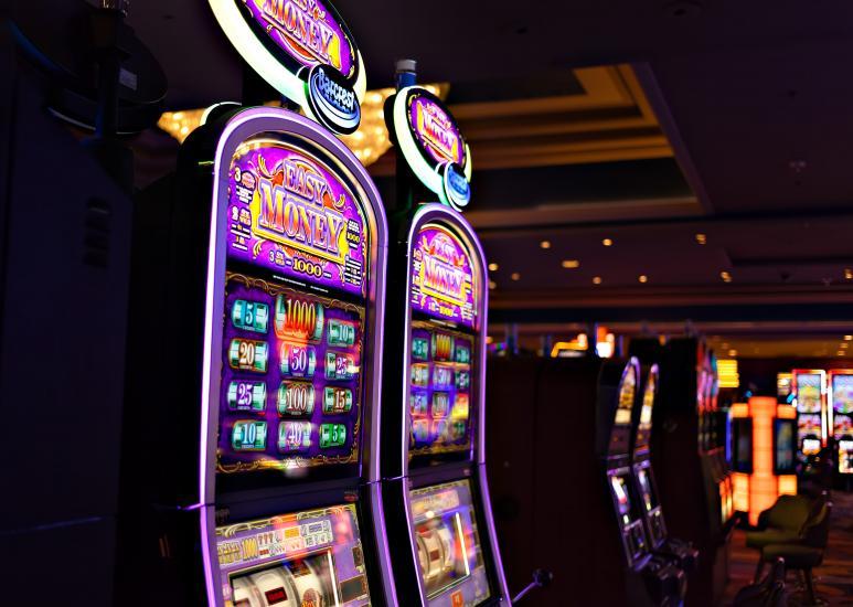 Kolikkopeliautomaatti pimeällä kasinolla
